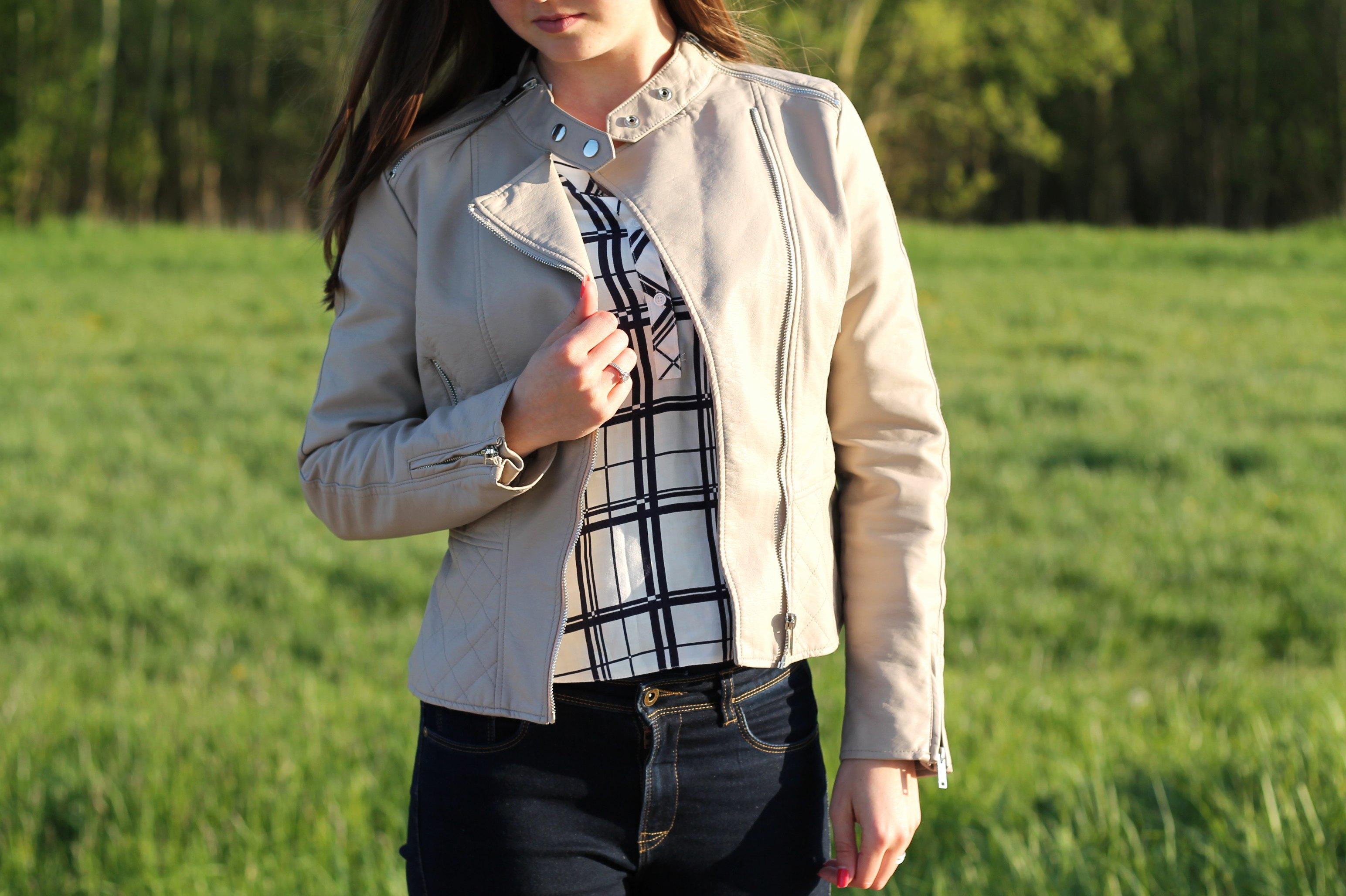 Als er één jasje is dat simpelweg gewoon altijd kan, is het wel het leren damesjack. Dit jasje is niet alleen trendy, hij zit ook nog eens al gegoten, al helemaal naarmate de tijd verstrijkt. Een leren damesjack vormt namelijk naar je lichaam, naarmate je hem langer draagt.